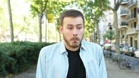 Verblüffter Mann, der Kamera betrachtet stock video footage