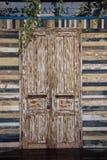Verblaßte alte Türen des grauen Brauns schlossen stockbild