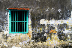 Verblaßte alte Wand und Fenster Lizenzfreies Stockfoto