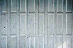 Verblassene hölzerne Blendenverschlüsse mit gemalter weißer Ordnung Stockbild