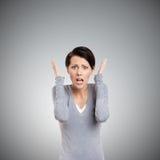 Verblüffte Frau setzt ihre Hände auf den Kopf Lizenzfreies Stockbild