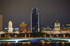 Överblick av Singapore på natten Arkivbild