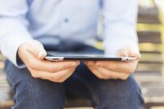 Verblijf in aanraking - Zakenman met Tablet stock afbeelding