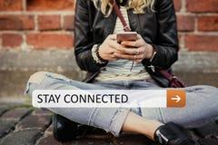 Verblijf dat op uw draagbaar mobiel apparaat wordt verbonden stock fotografie