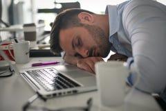 Verbod die op bureau dromen Bedrijfs mens in bureau Stock Foto's