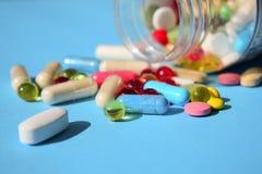 Verboden geneesmiddelen, pillenrappel Multicolored helder divers type stock afbeelding