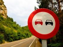 Verboden signaal die op een weg zonder voertuigen overvallen stock afbeelding