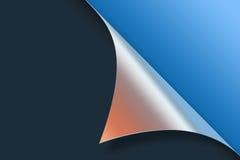 Verbogene Papierecke auf blauem Hintergrund Stockfoto
