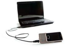 Verbonden cellphone aan laptop stock fotografie