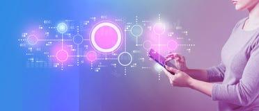 Verbonden cirkelsgrafiek met vrouw die een tablet gebruikt stock afbeelding