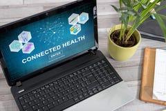 Verbonden gezondheidsconcept op laptop stock afbeeldingen