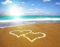 Verbonden harten op strand - houd van concept Royalty-vrije Stock Fotografie