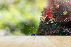Verbonden houten lijstbovenkant op meer en de decoratie van de Kerstmisboom op bokeh stock foto