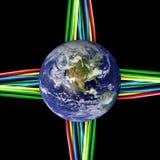 Verbonden wereld - Gekleurde kabels die aan Aarde worden getelegrafeerd Stock Foto