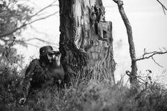 Verborgen Duitse Wehrmacht-Infanteriemilitair In World War II Militair stock foto