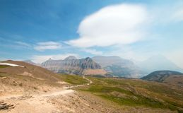 Verborgen Meer wandelingssleep op Logan Pass in Gletsjer Nationaal Park tijdens de de dalingsbranden van 2017 in Montana de V.S. royalty-vrije stock fotografie