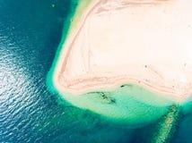 Verborgen strand in top down van het Eilandgriekenland van Lefkada luchtmening royalty-vrije stock foto