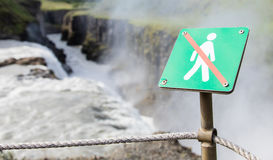 Verboten, um hierhin zu gehen - Island - heftiger Wasserfall herein zurück Stockbild