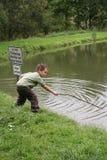 Verbotene Fischerei in einem Teich Stockbilder