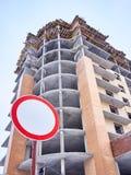 Verbotszeichen auf abstraktem Gebäudehintergrund Lizenzfreies Stockfoto