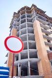Verbotszeichen auf abstraktem Gebäudehintergrund Stockbilder