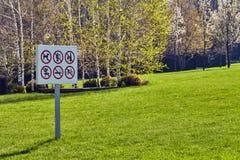 Verbotszeichen auf einer Platte installiert auf einen Rasen in die Stadt Stockfotografie