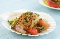 Verbrannte Kamm-Muscheln auf mariniertem Gemüse Lizenzfreie Stockbilder