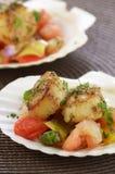 Verbrannte Kamm-Muscheln auf mariniertem Gemüse Stockbilder