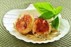 Verbrannte Kamm-Muscheln mit sahniger Kräuterbuttersoße Stockfotos