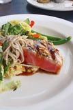 Verbrannter Ahi-Thunfisch und Soba-Salat Lizenzfreie Stockfotos