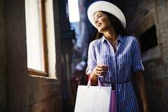 Verbraucherschutzbewegung, Einkaufen, Lebensstilkonzept Gl?ckliche Frau mit Taschen den Einkauf genie?end lizenzfreies stockbild