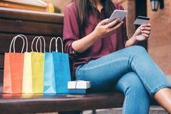 Verbraucherschutzbewegung, Einkaufen, Lebensstilkonzept, junge Frau, die Ne sitzt lizenzfreie stockfotografie