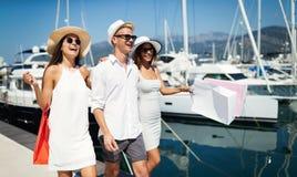 Verbraucherschutzbewegung, Freunde, Ferien, Reisekonzept Schöne Leute, die den Einkauf genießen, Spaß habend lizenzfreie stockfotos