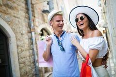 Verbraucherschutzbewegung, Liebe, datierend, Reisekonzept Gl?ckliches Paar, das den Einkauf genie?t, Spa? habend stockfotografie