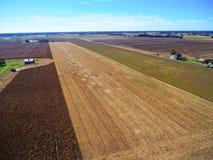 Verbrauchte Getreidefelder und Bauernhof Stockfotografie
