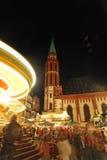 Verbrauchte glückliche Momente der Leute im Weihnachtsmarkt Stockfotos