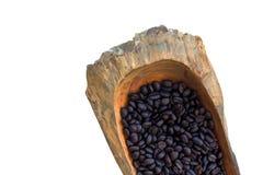 Verbreiten Sie die Kaffeesamen auf hölzernem lokalisiert auf weißem Hintergrund Lizenzfreie Stockfotos