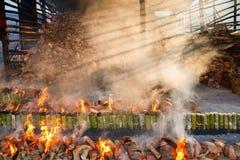 Verbrennungsanlage brennt Reis gebraten im Bambus klebriger Reis soa Lizenzfreie Stockfotografie