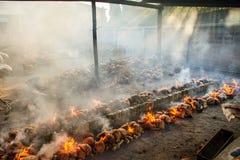 Verbrennungsanlage brennt Reis gebraten im Bambus klebriger Reis soa Stockfoto