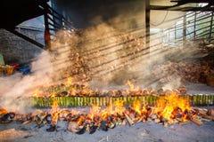 Verbrennungsanlage brennt Reis gebraten im Bambus klebriger Reis soa Stockbilder