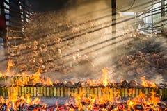 Verbrennungsanlage brennt Reis gebraten im Bambus klebriger Reis soa Lizenzfreie Stockfotos