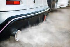Verbrennungsdämpfe, die aus Autoauspuffrohr herauskommen Stockfoto