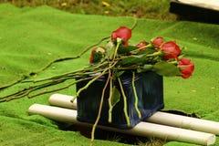 Verbrennungsurne für Beerdigung mit roten Rosen Lizenzfreie Stockfotografie