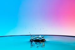Verbrijzeld dalingen die van water vallen Royalty-vrije Stock Foto's