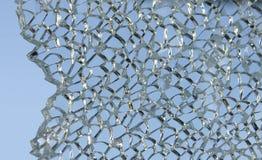 Verbrijzeld glas tegen hemel Stock Foto's
