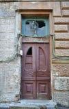 Verbrijzelde uitstekende houten deur die met draden wordt omringd Royalty-vrije Stock Afbeelding