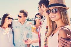 Verbringen der schönen Zeit mit Freunden Lizenzfreies Stockfoto