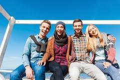 Verbringen der schönen Zeit mit Freunden Lizenzfreie Stockfotos