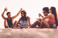 Verbringen der sorglosen Zeit mit Freunden stockbild