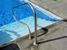 Verbringen Sie einen Sommertag im Pool Stockbild